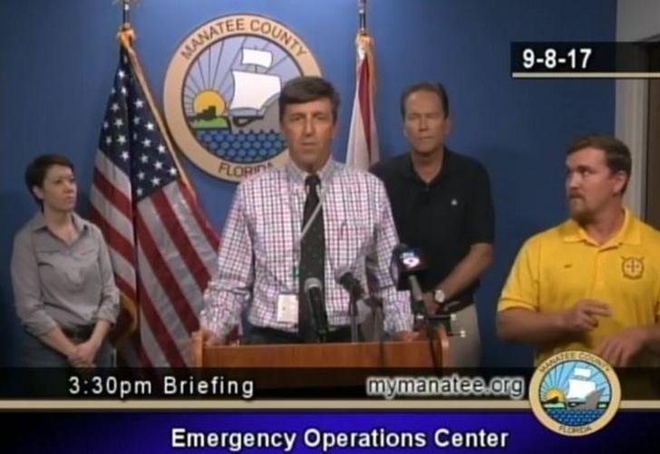 Фото №1 - Сурдопереводчик-любитель на экстренной конференции по урагану «Ирма» напереводил всякую чушь