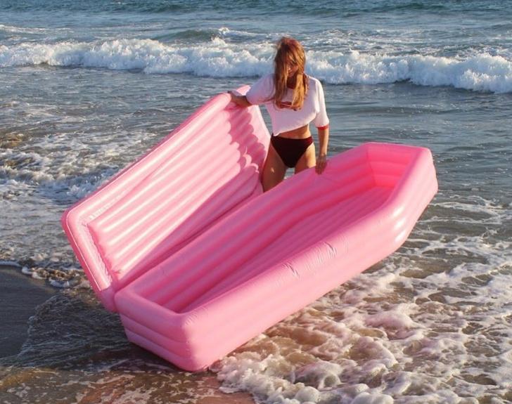Фото №1 - Надувной матрас в виде розового гроба! Ты будешь звездой пляжа!