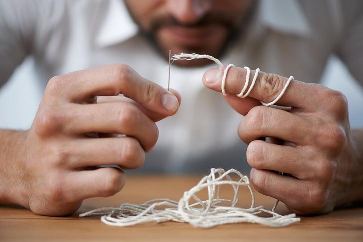 Фото №1 - Как вдеть нитку в иголку и не сломать глаза (видео)