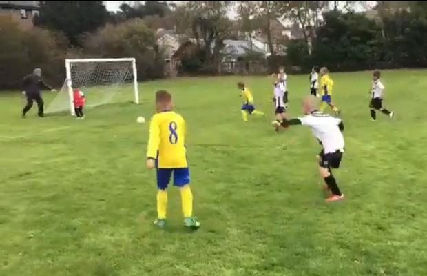Фото №1 - «Отец года»: мужик помог крохе-вратарю защитить ворота (дерзкое футбольное видео)