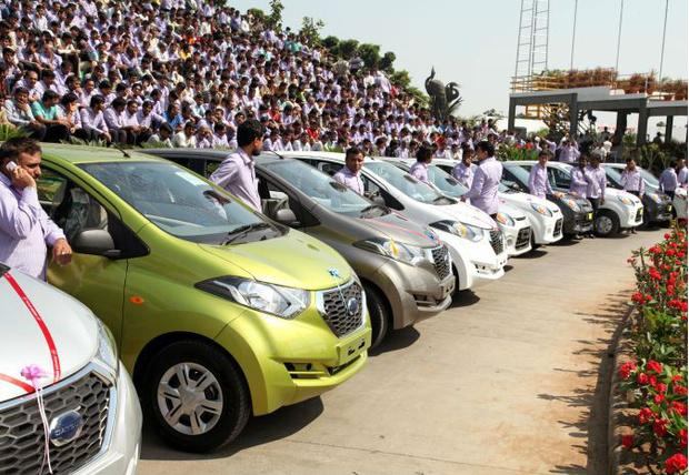 Фото №1 - Начальник подарил своим подчиненным 1200 машин и 400 квартир!