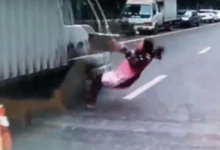 Фото №1 - Девушка попыталась проскочить прямо перед носом у грузовика, и посмотри, что случилось дальше!