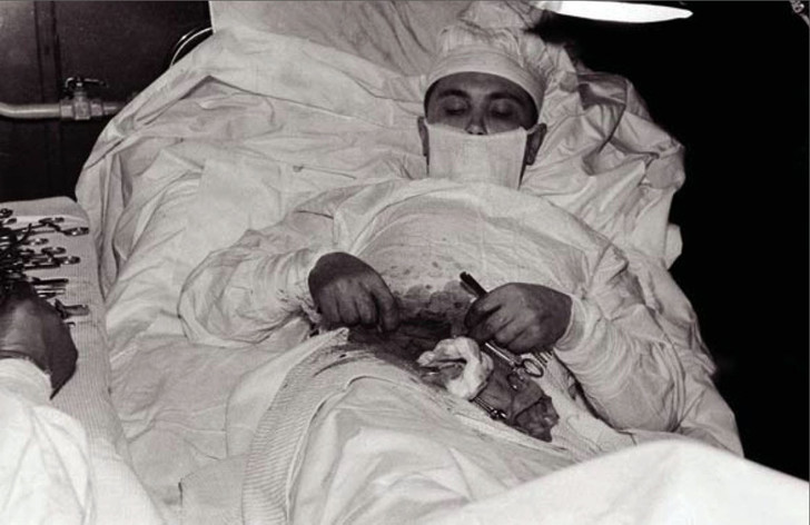 Фото №2 - 5 невероятных историй о людях, которым пришлось делать операцию самим себе