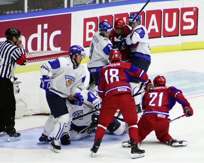 И тут Ковальчук как бросит по воротам Канады!