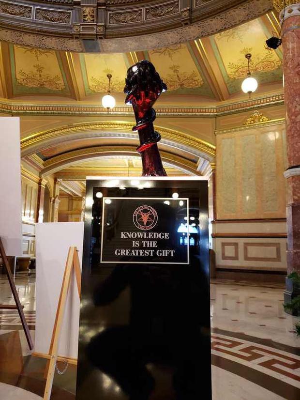 Фото №1 - Американская Церковь Сатаны установила в Капитолии свою рождественскую статую (фото)