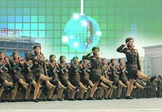 Незабываемо смехотворное зрелище: армия Северной Кореи марширует под Bee Gees
