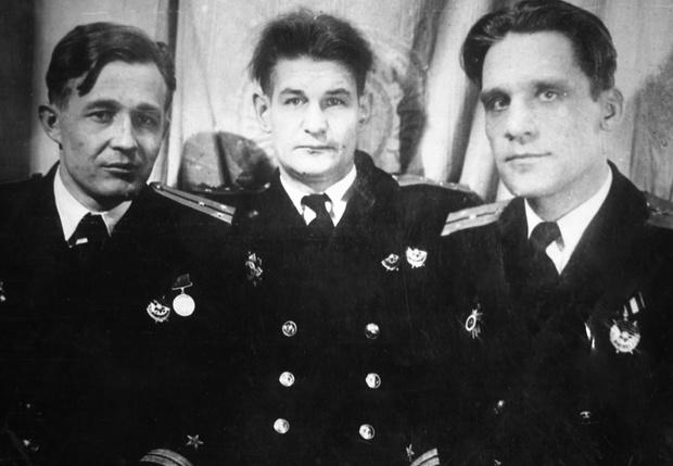 Боевые друзья— офицеры тральщика Т-116 (слева направо): старший лейтенант А.П. Чубаров , капитан-лейтенант В.А. Бабанов и старший лейтенант А.И. Денежкин, командир БЧ-5 тральщика Т-113