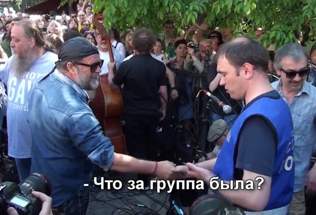 Фото №1 - Опаньки... Бориса Гребенщикова не узнал стажер полиции, обеспечивавший порядок на его концерте! (Конфузливое ВИДЕО)