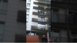 Супергеройское ВИДЕО: парень спасает ребенка, выпадающего из окна