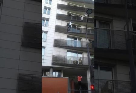 Супергеройское ВИДЕО: парень спасает ребёнка, выпадающего из окна
