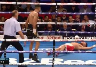 Боксер дразнил соперника и получил в ответ нокаут за 10 секунд до конца боя (видео)
