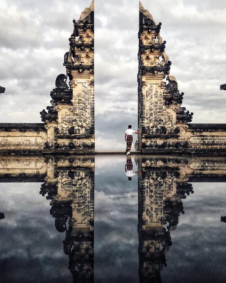 Фото №2 - Девушка приехала на Бали ради популярной в «Инстаграме» достопримечательности, но оказалось, что большинство фото возле нее — подделка
