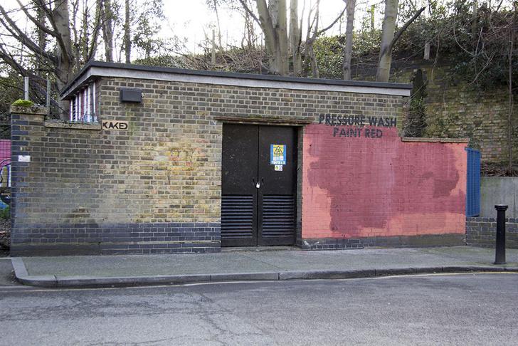 Фото №24 - Красное на черном: Как уличный художник троллил коммунальщиков