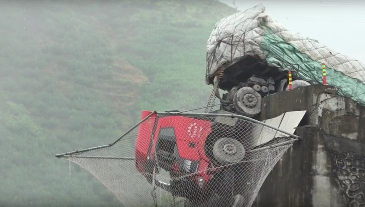 Фото №1 - В сетку безопасности свалился грузовик, но никто не погиб (видео)