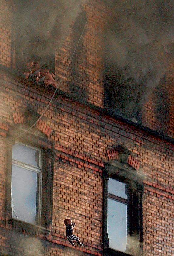 Ребенка выбросили из горящего здания