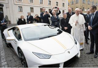 Святые угодники! Папе римскому подарили Lamborghini, и он распорядился им, как Владыка