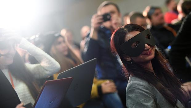 Фото №3 - Украинский футбольный тренер явился на пресс-конференцию в костюме Зорро (упоительные ФОТО + ВИДЕО)