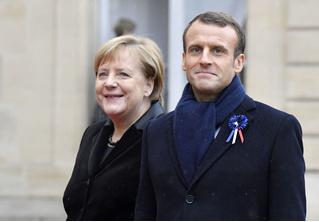 Эмманюэля Макрона и Ангелу Меркель приняли за мужа и жену (видео)