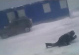 Рабочий ползет против убойного ветра, втыкая в землю отвертки (продувное видео)