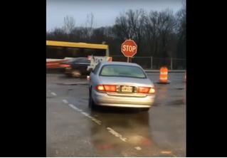Неожиданно разбуженный водитель снес знак, поехал по встречке и врезался в столб. Буйное ВИДЕО