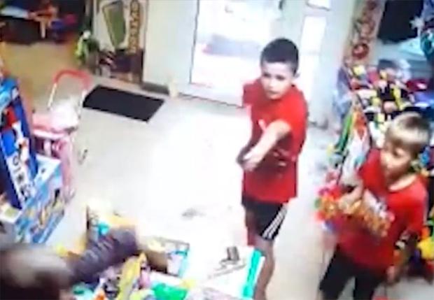 Фото №1 - На Урале двое второклашек с пистолетом попытались ограбить магазин игрушек (видео)