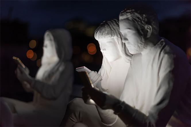 Фото №2 - В Амстердаме возвели светящий монумент пользователям смартфона