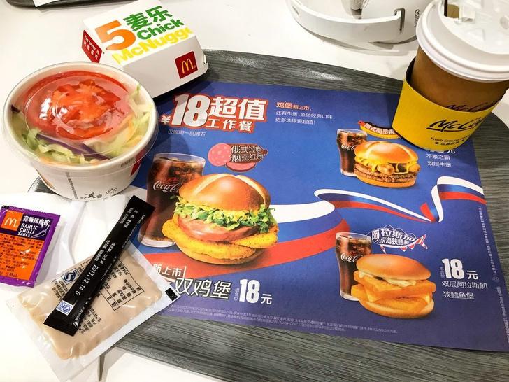 Фото №1 - Русский — значит с колбасой! В китайских McDonalds появился исконно русский бургер.