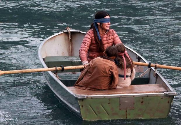 Фото №1 - Сандра Буллок и Джон Малкович в трейлере фантастического триллера «Птичий короб»