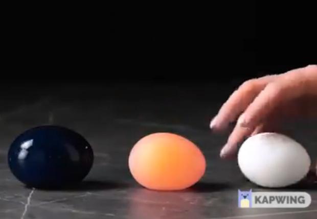Фото №1 - В Сети появилась идиотическая видеоинструкция, как сделать из куриного яйца большой синий попрыгунчик