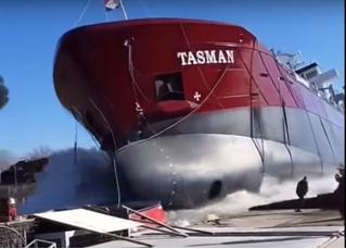 Мужик чудом спасся из-под упавшего на него огромного корабля (восхищенное видео)