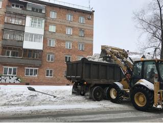 Лайфхак в действии: власти продолжают убирать сугробы имени Навального, причем вместе с дорожными знаками