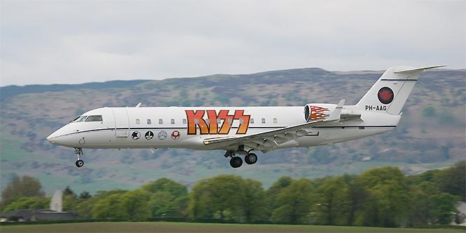 Фото №18 - 25 самолетов и автобусов рок-звезд