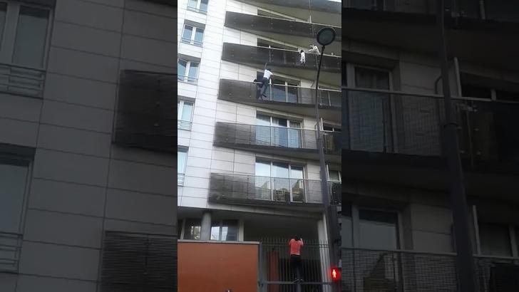 Фото №1 - Супергеройское ВИДЕО: парень спасает ребенка, выпадающего из окна