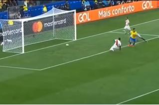 Самый издевательский гол Кубка Америки: футболист забил вслепую (видео)