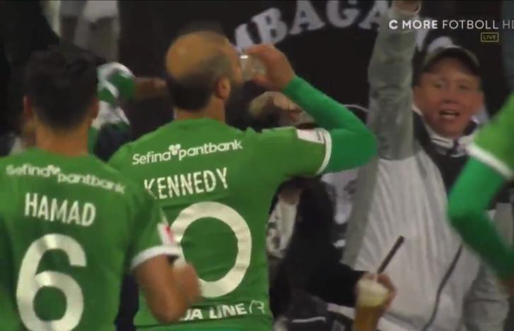 Фото №1 - Футболист классно забил и тут же отметил гол, приложившись к стакану прямо на поле (видео)
