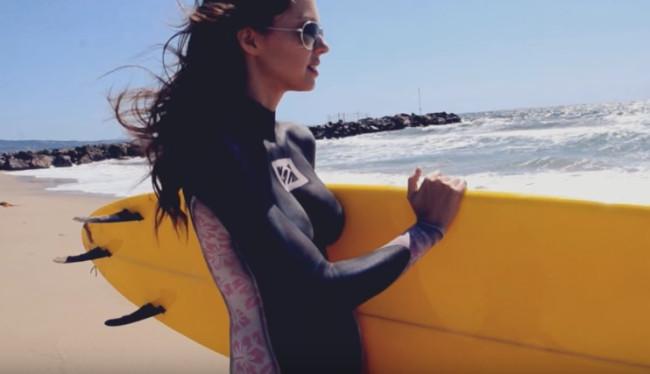 Фото №1 - Обнаженные серфингистки в нарисованных гидрокостюмах — лучшее спортивное видео недели!