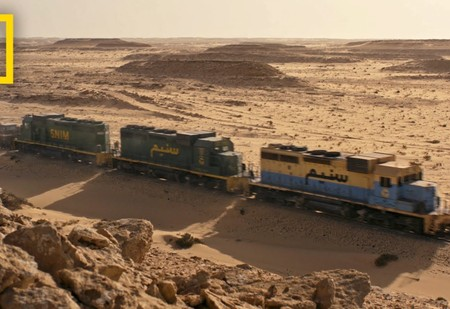 Чарующее ВИДЕО о поезде, идущем через Сахару