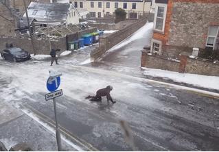 Вот умора! Британские пешеходы пытаются пройти по наглухо обледеневшей дороге! (сногсшибательное ВИДЕО)