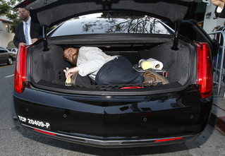 Как выбраться из закрытого багажника
