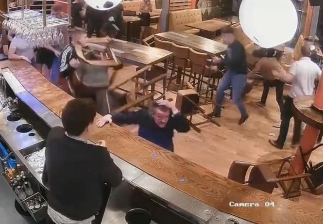 Пролетая над гнездом бармена: сочная массовая драка в пабе в лучших традициях старого доброго вестерна! (ВИДЕО)