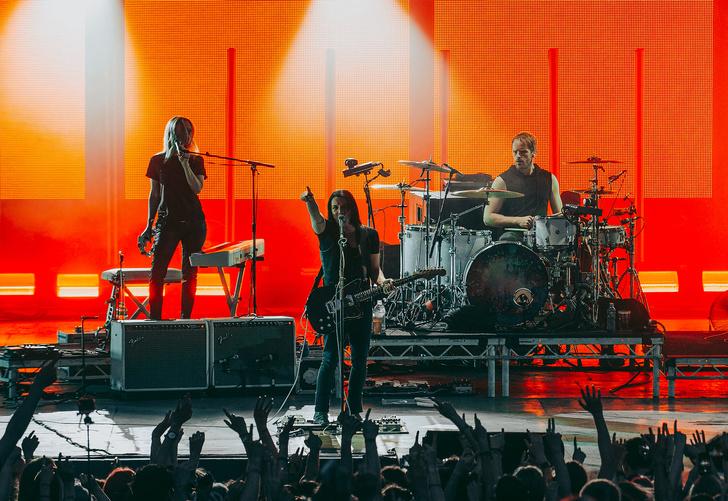 Фото №4 - Лечение роком. Что вытворяют на своих концертах культовые британцы Placebo