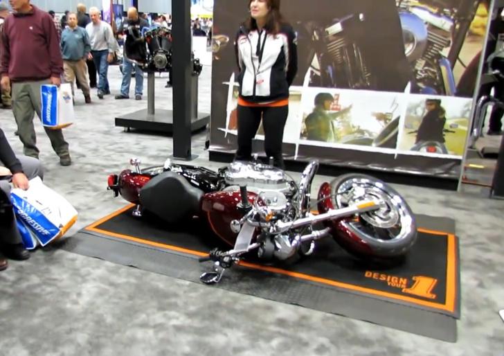 Фото №1 - Девушка показывает, как поднять тяжеленный мотоцикл (видео)