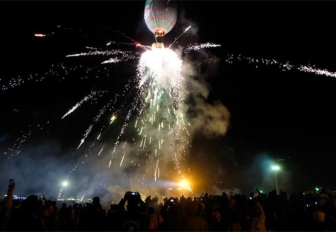 Фото №1 - На торжествах в Мьянме взорвался воздушный шар, груженный фейерверками (видео)