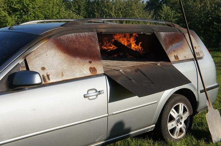 Фото №4 - Смачный лайфхак: как превратить старый автомобиль в печь (и варить в ней борщ)