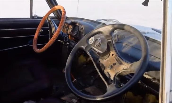 Фото №1 - Мужики приделали автомобилю второй руль и погоняли в четыре руки (видео)