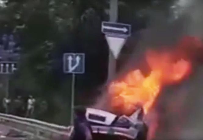 Как в кино! Водитель чудом выбрался из пылающего автомобиля (ВИДЕО)