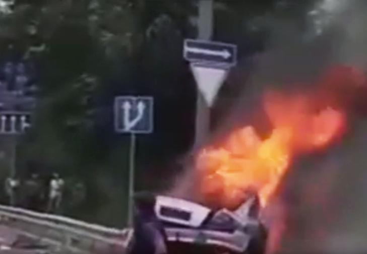 Фото №1 - Как в кино! Водитель чудом выбрался из пылающего автомобиля (ВИДЕО)