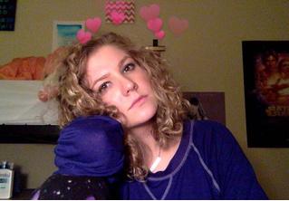 Девушка обещала все праздники носить костюм ёлки, если наберет 1000 ретвитов — и быстро об этом пожалела