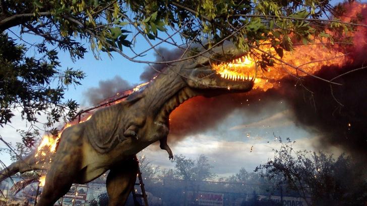 Фото №1 - Эпичные кадры из Башкирии: пылающий робот-тираннозавр!