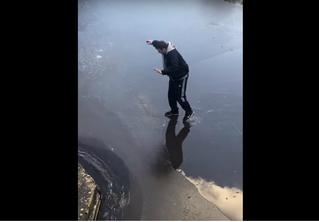 Промозглое видео: парень почти перешел едва заледеневшую реку, но тут…